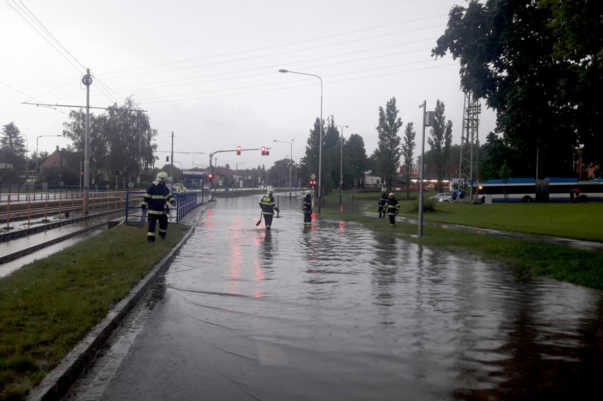 Na křižovatce Martinovské a Provozní ulice v Ostravě po silném dešti vznikla vodní laguna