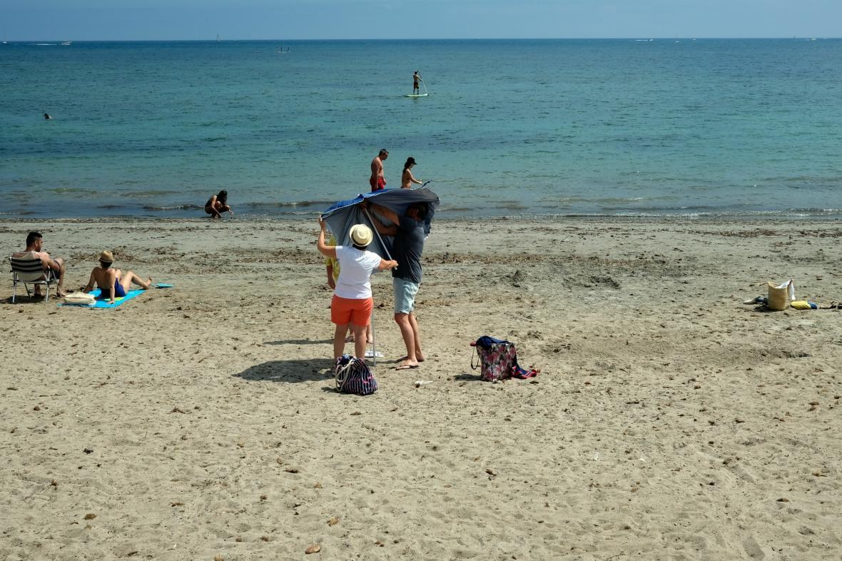 Španělé po skončení nouzového stavu opět vyrazili na pláže