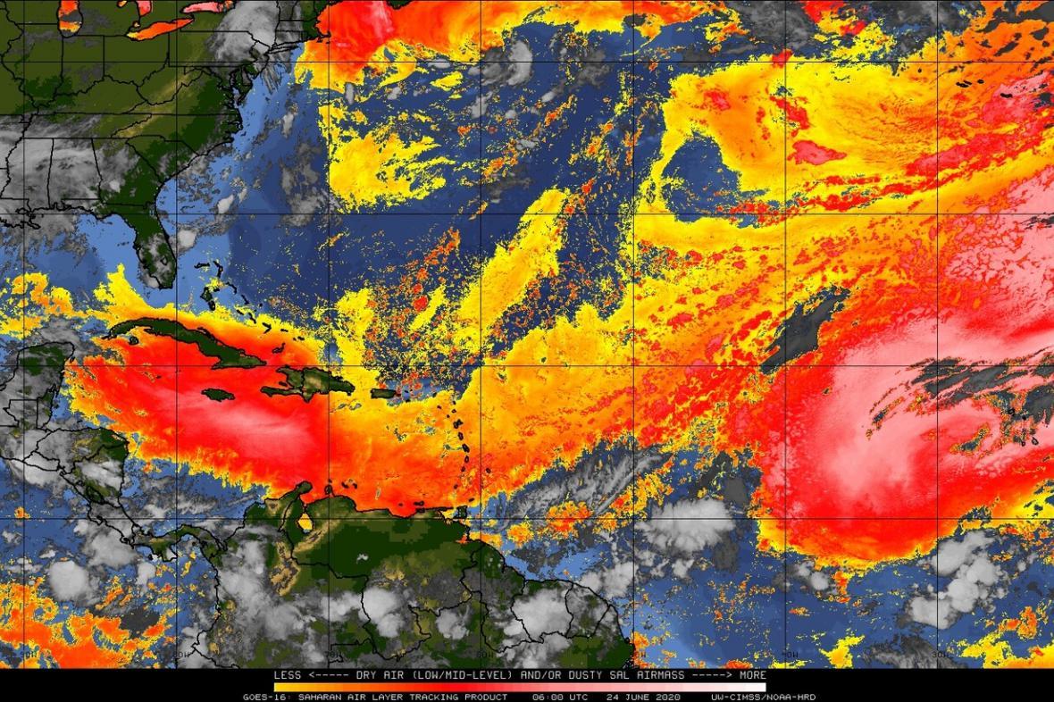 Pohled na rozložení saharského prachu (zvýrazněn červenou barvou) pomocí meteorologických družic