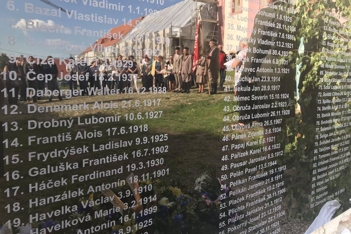 Pamětní deska politickým vězňům v Louckém klášteře