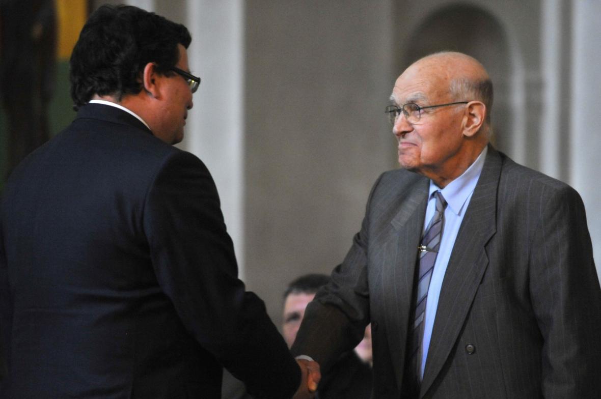 Bývalý šéf Vojenského zpravodajství a civilní rozvědky Radovan Procházka (vpravo)