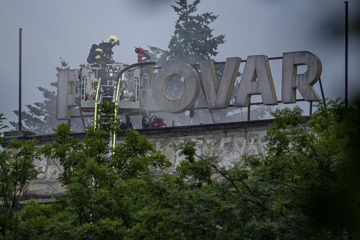 Hasiči zasahují u požáru pivovaru ve Vratislavicích nad Nisou