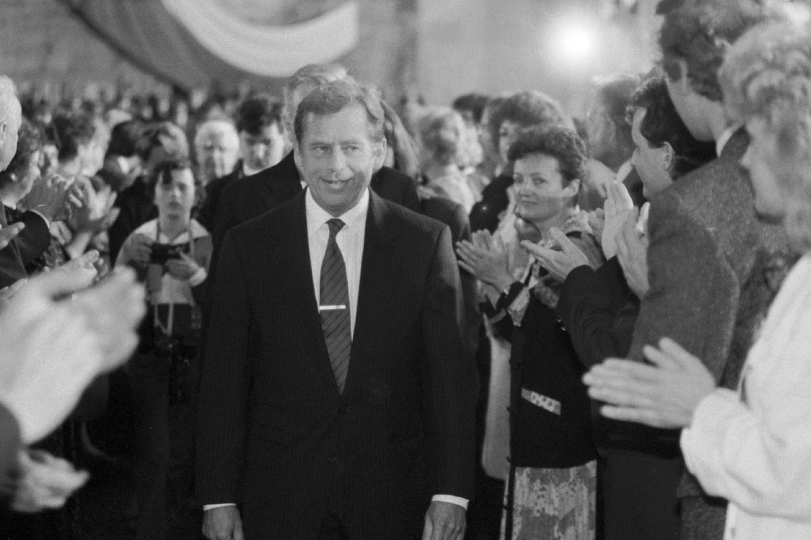 Václav Havel po složení ústavního slibu v roce 1990