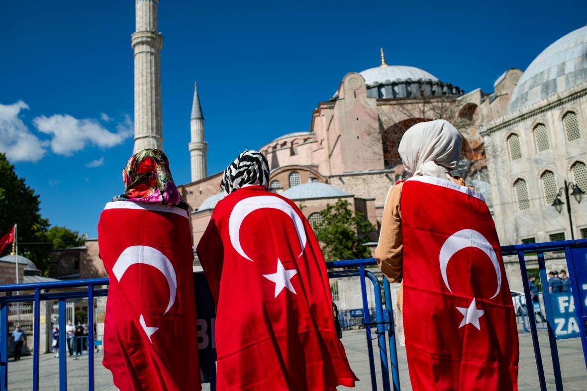 Lidé zahalení v tureckých vlajkách před chrámem Hagia Sofia
