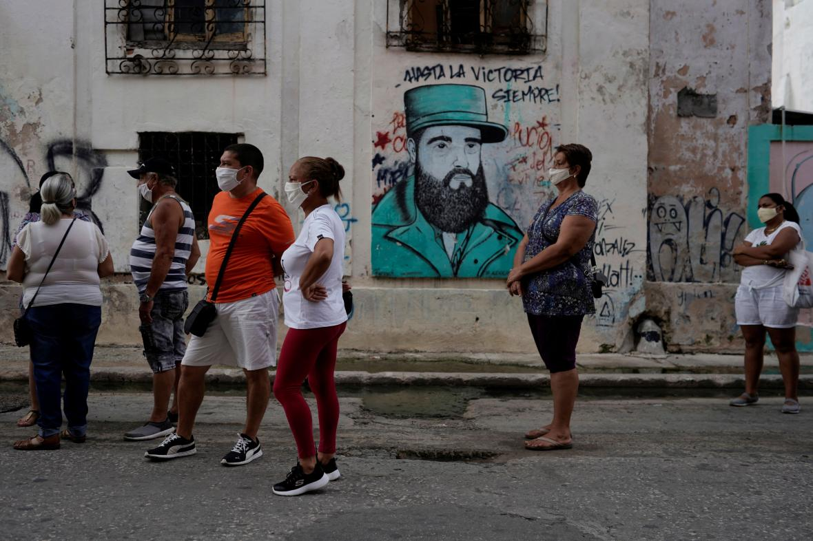 Kubánci ve frontě před dolarovým obchodem