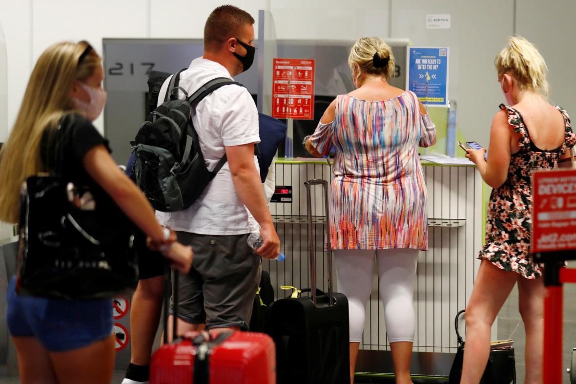 Britští turisté na letišti na Kanárských ostrovech