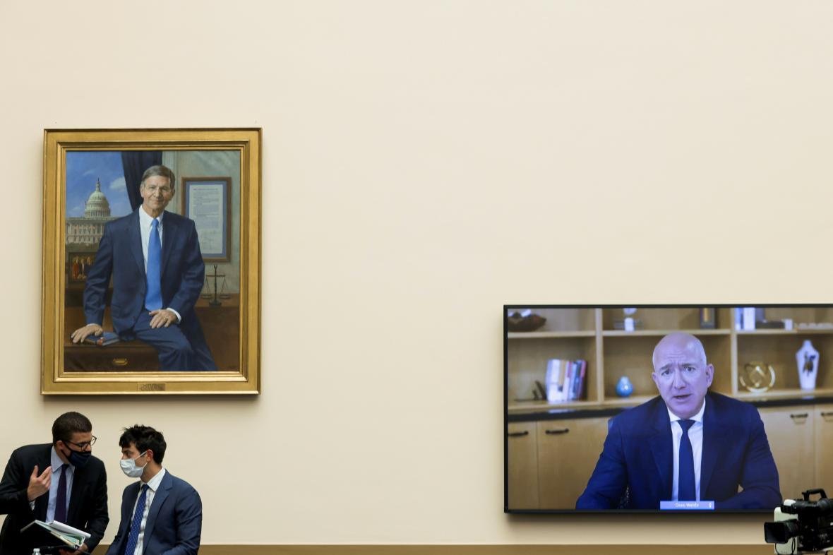 Šéf Amazonu Bezos při videokonferenci s kongresmany