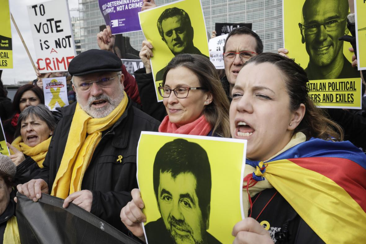 Lluis Puig (vlevo) během demonstrace proti soudnímu procesu se separatistickými politiky Katalánska