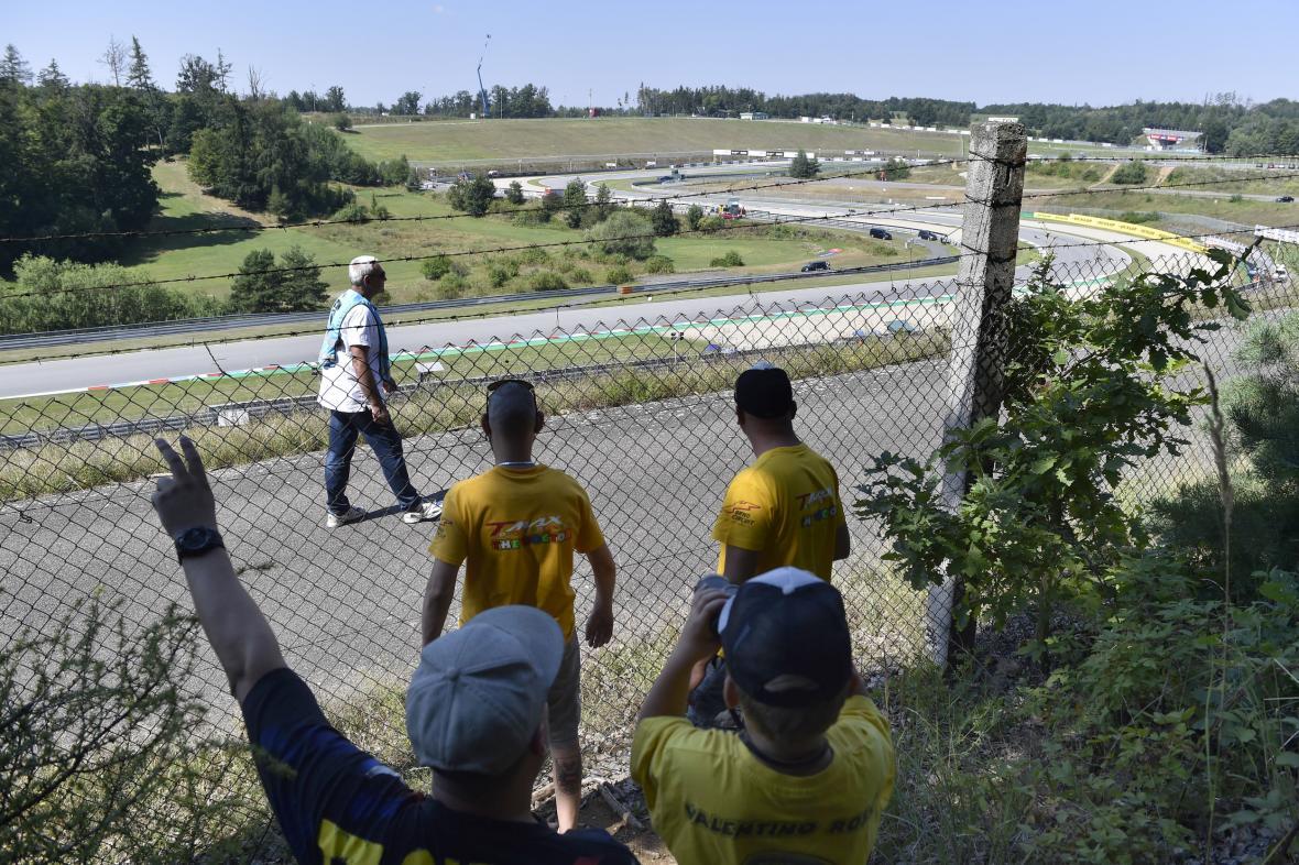 Diváci sledují zpoza plotu brněnskou Moto GP