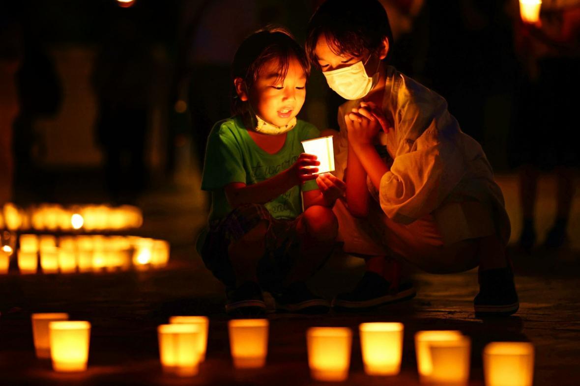 Japonci zapalují svíčky obětem jaderného útoku