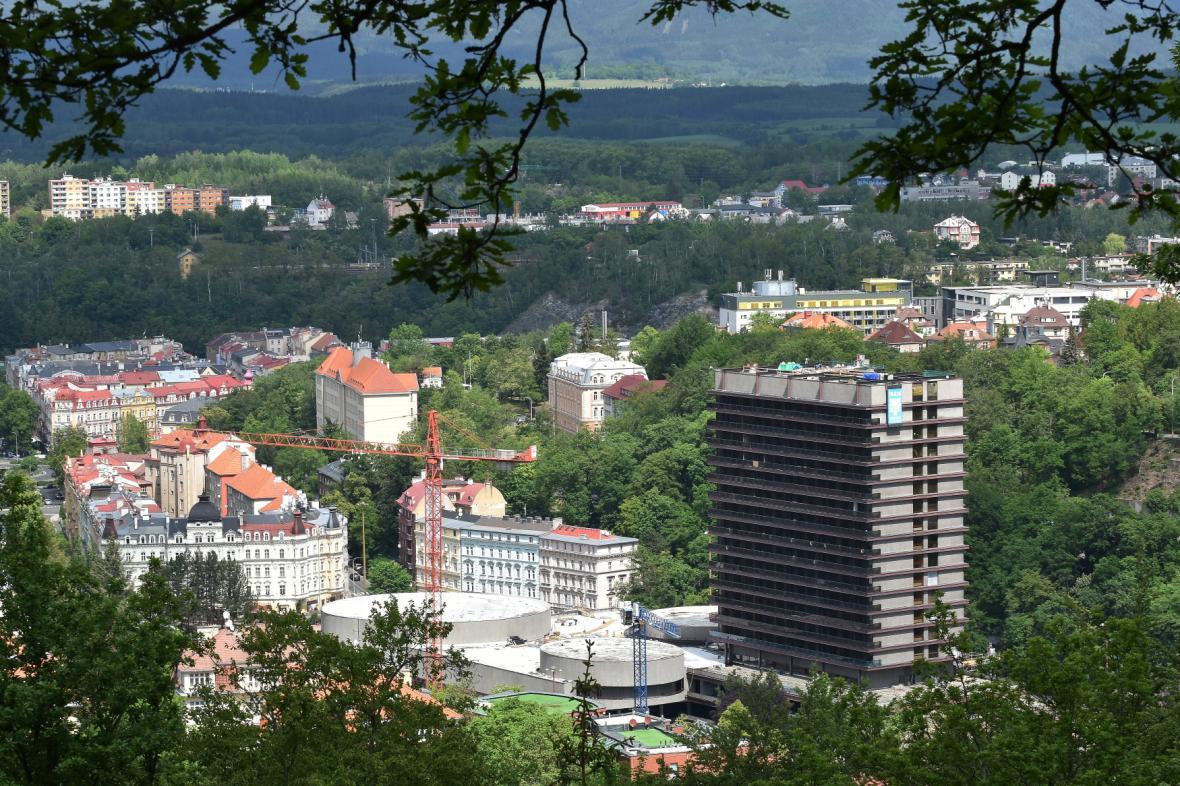 Hotel Thermal ve funkcionalistickém slohu byl vystavěn v letech 1967 - 1976