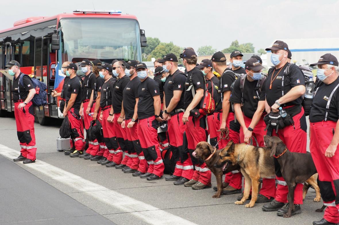 Tým speciálních hasičů po příletu na kbelské letiště