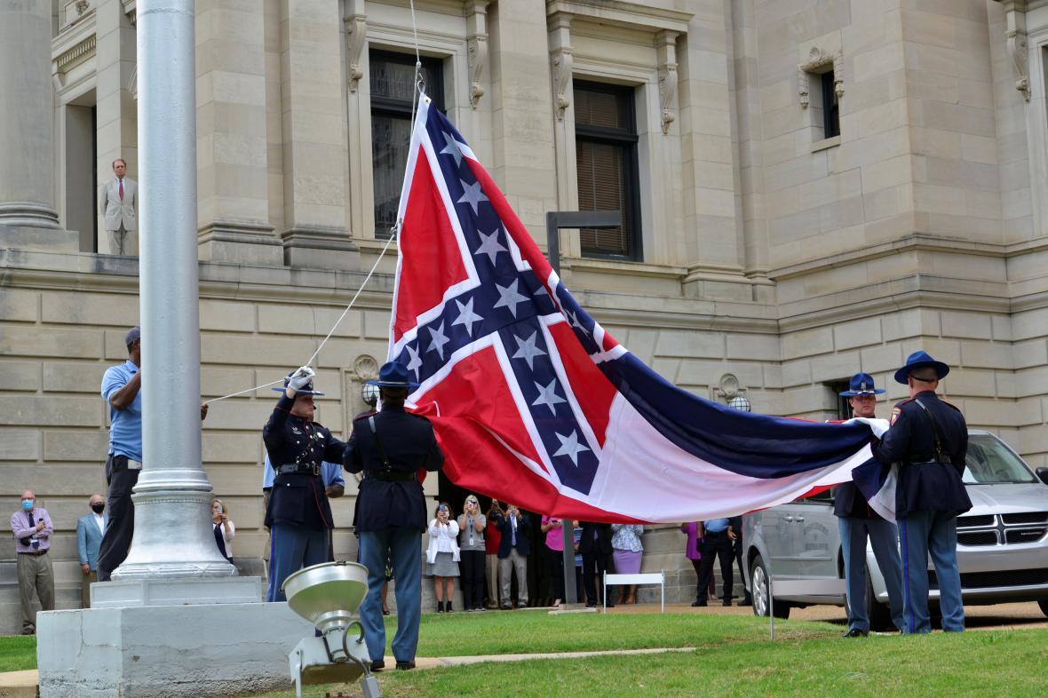 Čestná stráž v Mississippi stahuje dosavadní státní vlajku