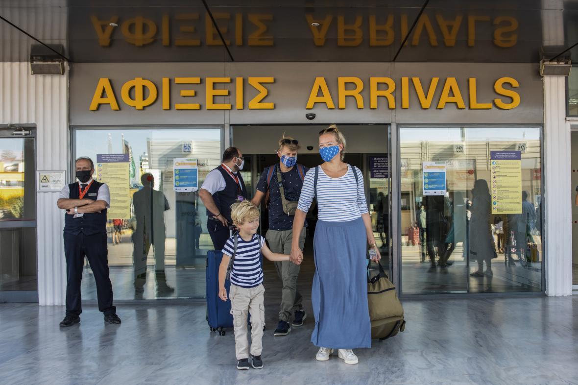 Turisté po příletu do řeckého Heráklionu - ilustrační snímek