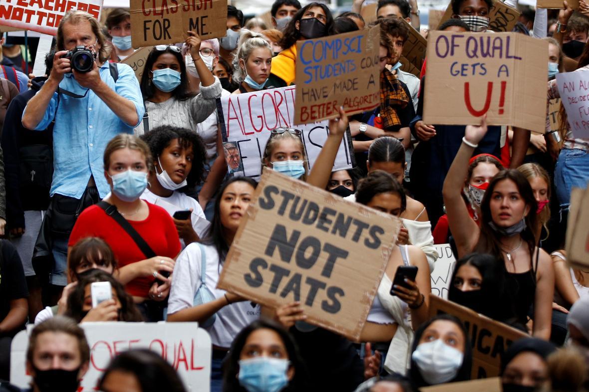 Studenti v Británii protestují proti změnám ministra školství