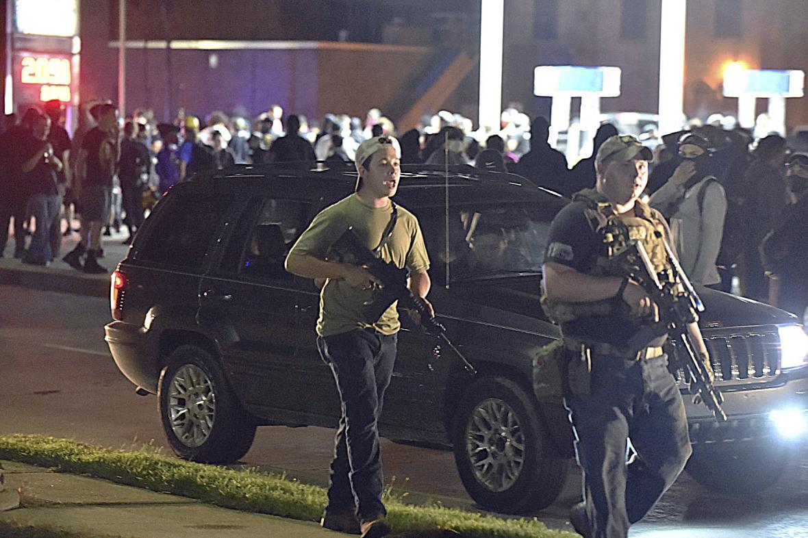 Vlevo Kyle Rittenhouse na protestech v americkém městě Kenosha