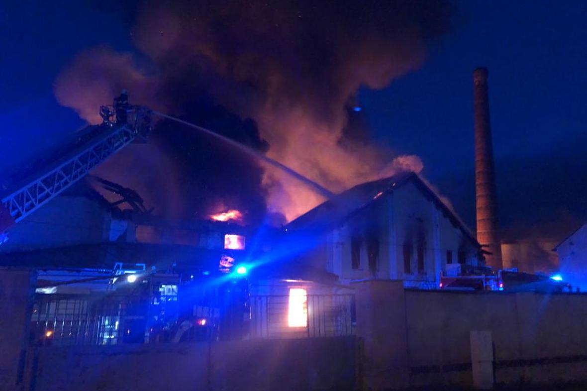 Požár skladu papíru v Košťanech