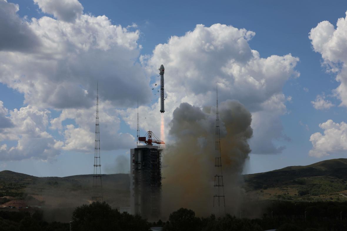 Start rakety Dlouhý pochod, která raketoplán vynesla do kosmu