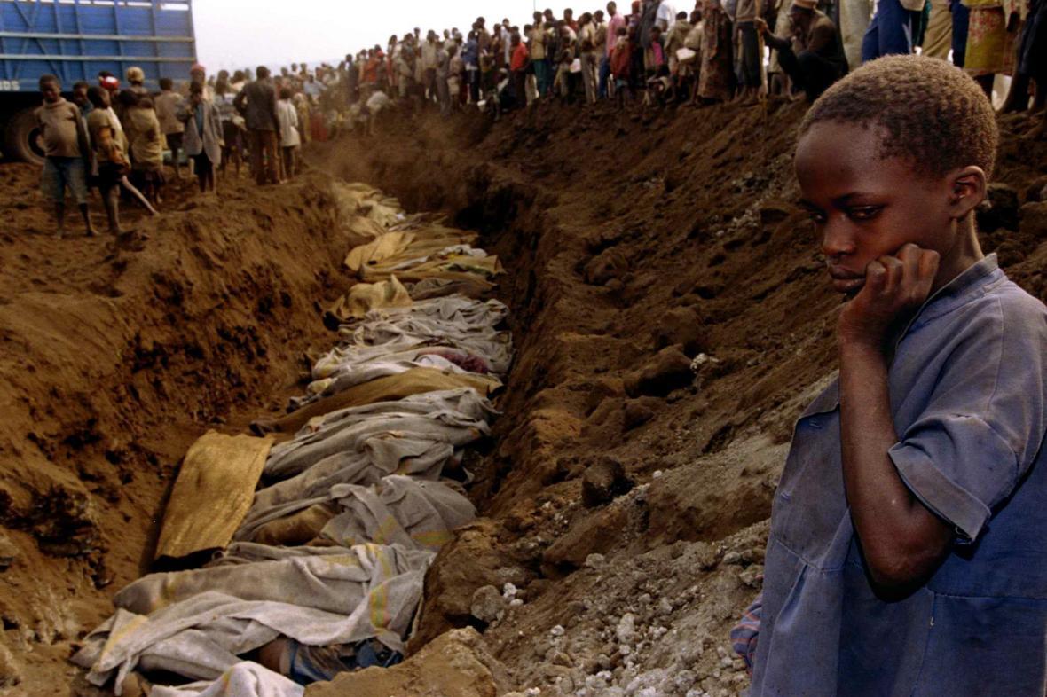 Jeden z masových hrobů ve Rwandě. Fotografie byla pořízená v roce 1994
