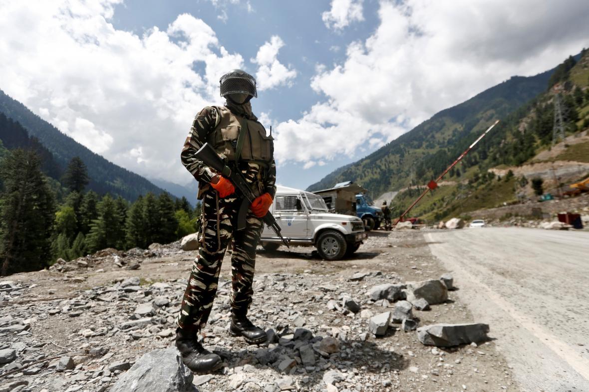 Indický policista hlídkující u cesty do Ladákhu