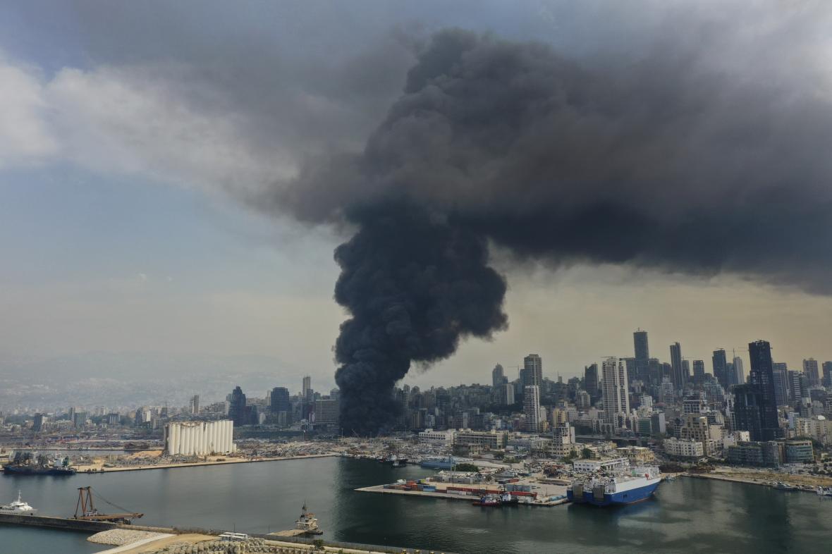 Požár v přístavním skladu s pneumatikami a olejem v Bejrútu