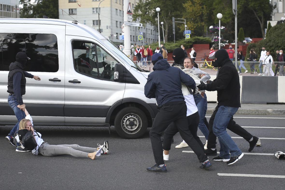 Zatýkání demonstrantů v Minsku