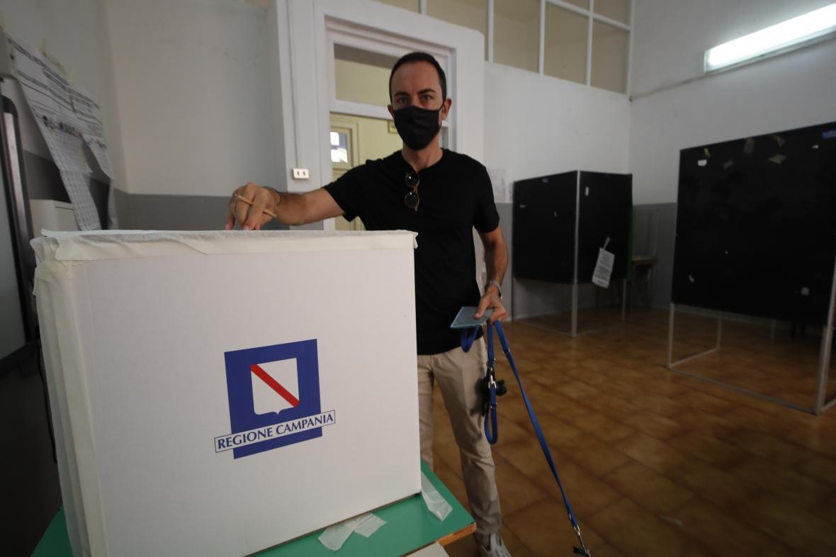 Muž při hlasování v referendu v italské Neapoli