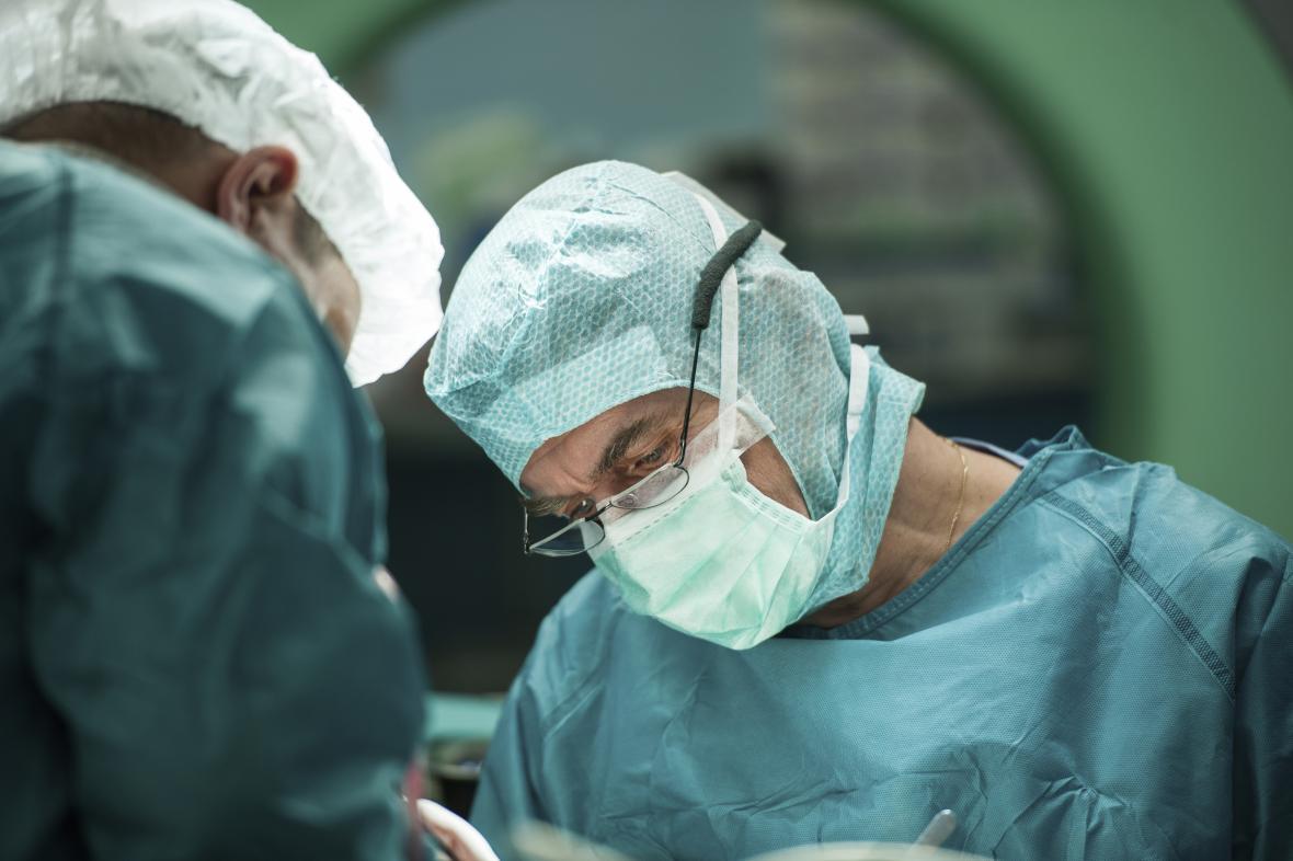 Lékař pri operaci - ilustrační foto