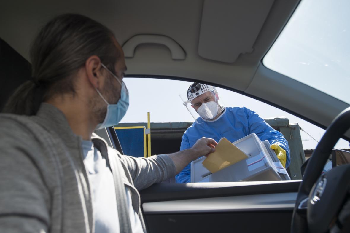 Volby z auta, snímek z natáčení instruktážního videa