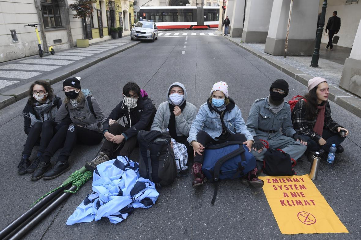 Členové hnutí Extinction Rebellion v Tomášské ulici v Praze