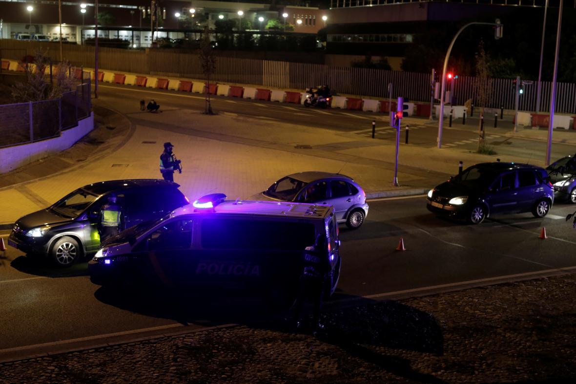 Policista kontroluje dokumenty v rámci uzávěry Madridu kvůli šíření epidemie koronaviru