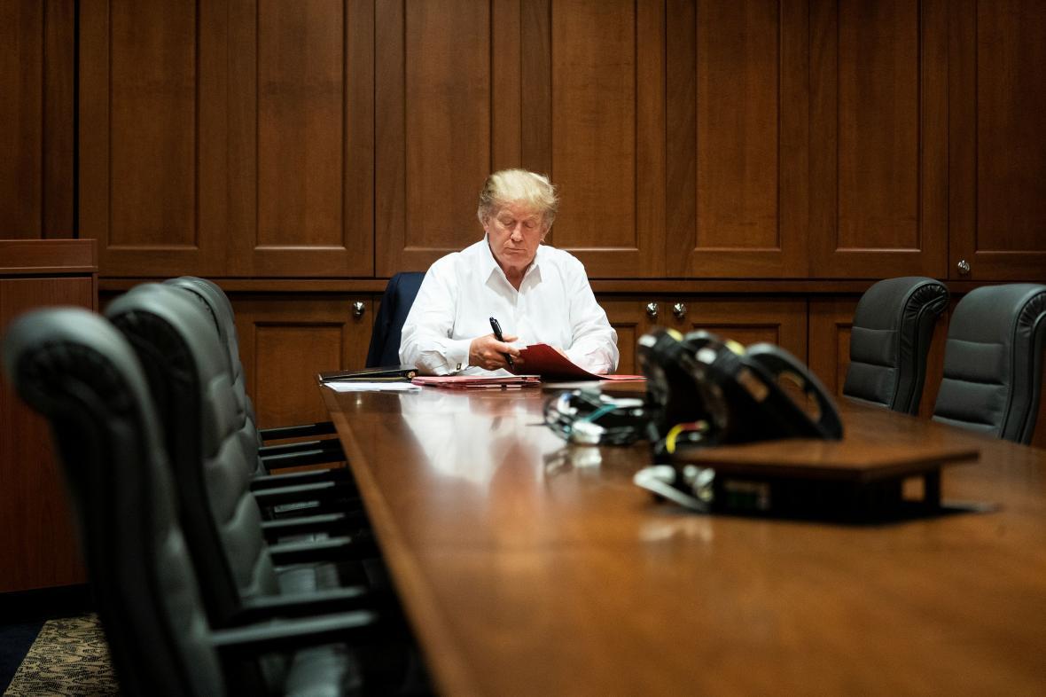 Bílý dům zveřejnil fotografii prezidenta při práci v nemocnici