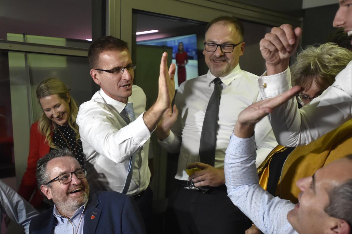 Radim Holiš oslavuje vítězství v krajských volbách ve Zlínském kraji