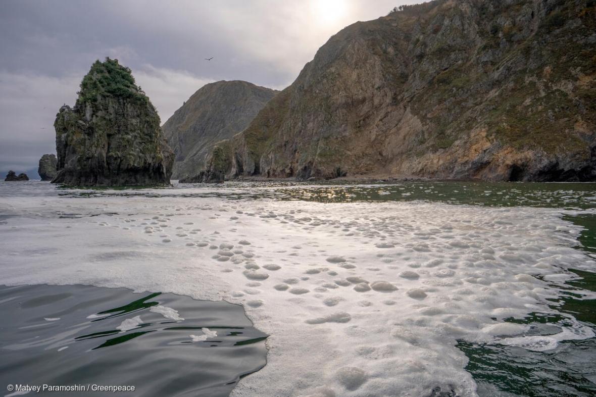 Znečištěné moře u Kamčatky