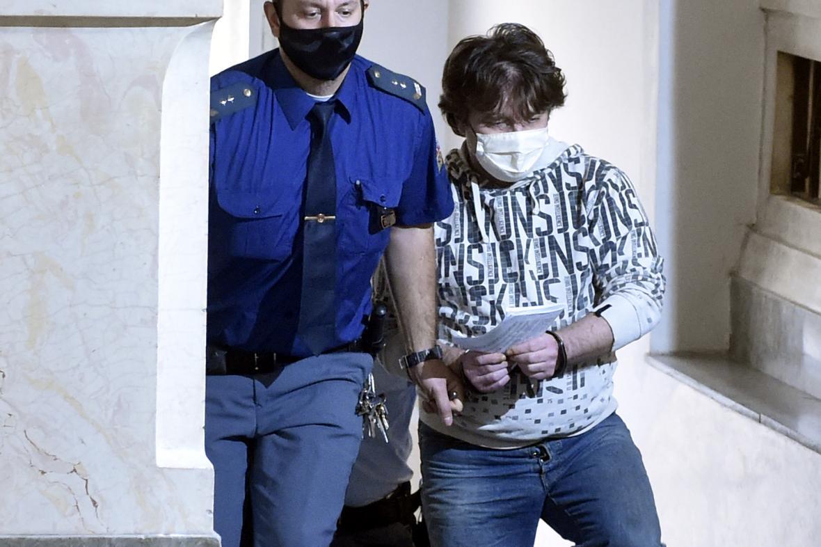Roman Mariančík na cestě do soudní síně