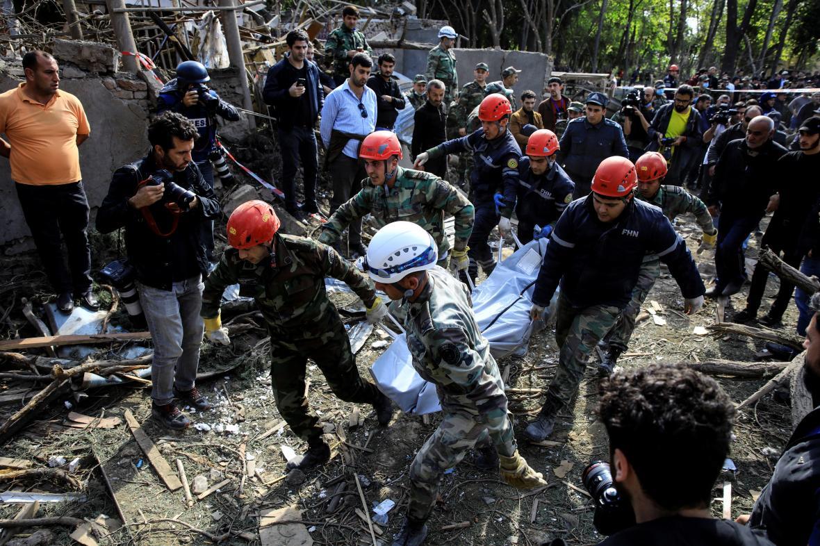 Záchranáři vynášejí oběť z trosek v ázerbájdžánském městě Gjandža