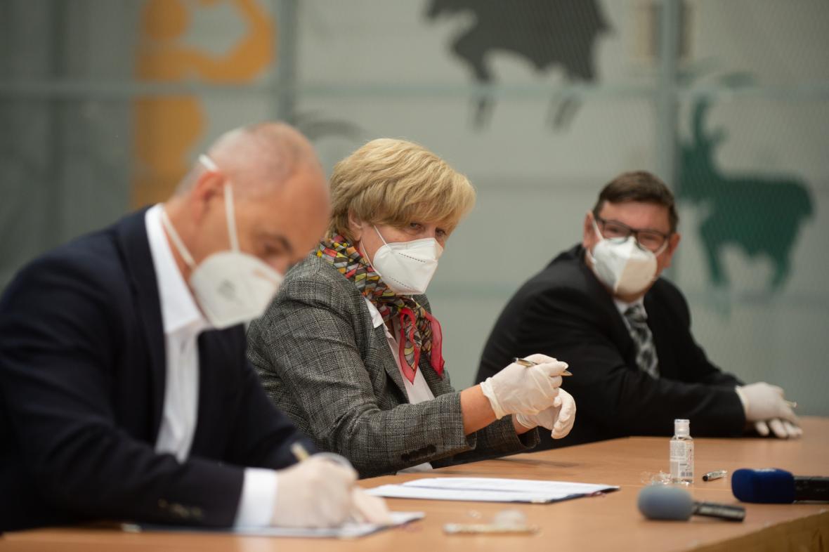 Lídr ODS Martin Kuba, dosavadní hejtmanka Ivana Stráská (ČSSD) a Pavel Hroch (Jihočeši) podepisují koaliční smlouvu