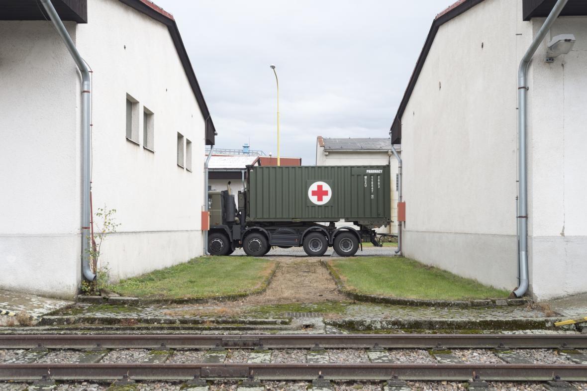 Vojáci v Hradci nakládají polní nemocnice