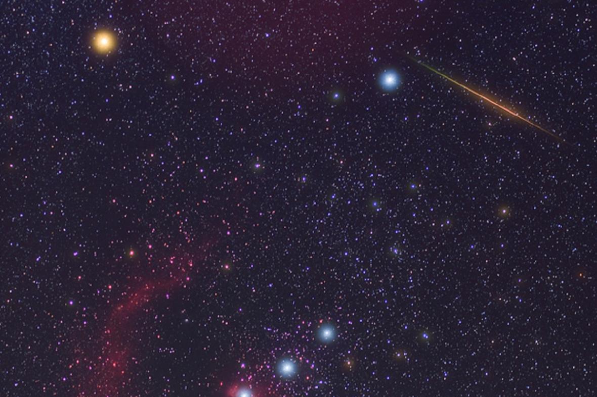 Souhvězdí Orionu a meteor zHalleyovy komety