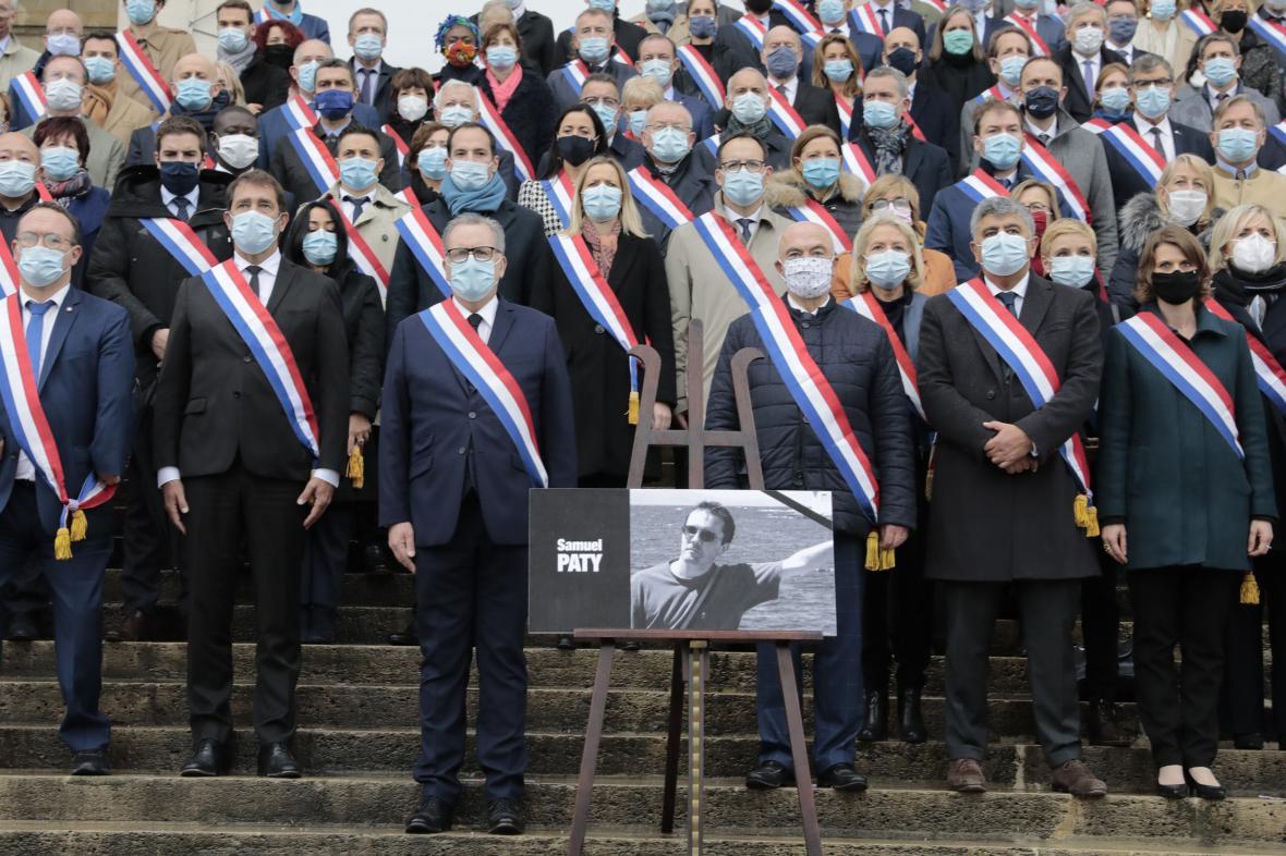 Francouzští zákonodárci uctili památku zavražděného učitele minutou ticha