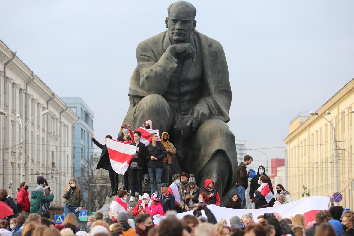 Podporovatelé běloruské opozice protestují v Minsku pod sochou spisovatele Jakuba Kolase