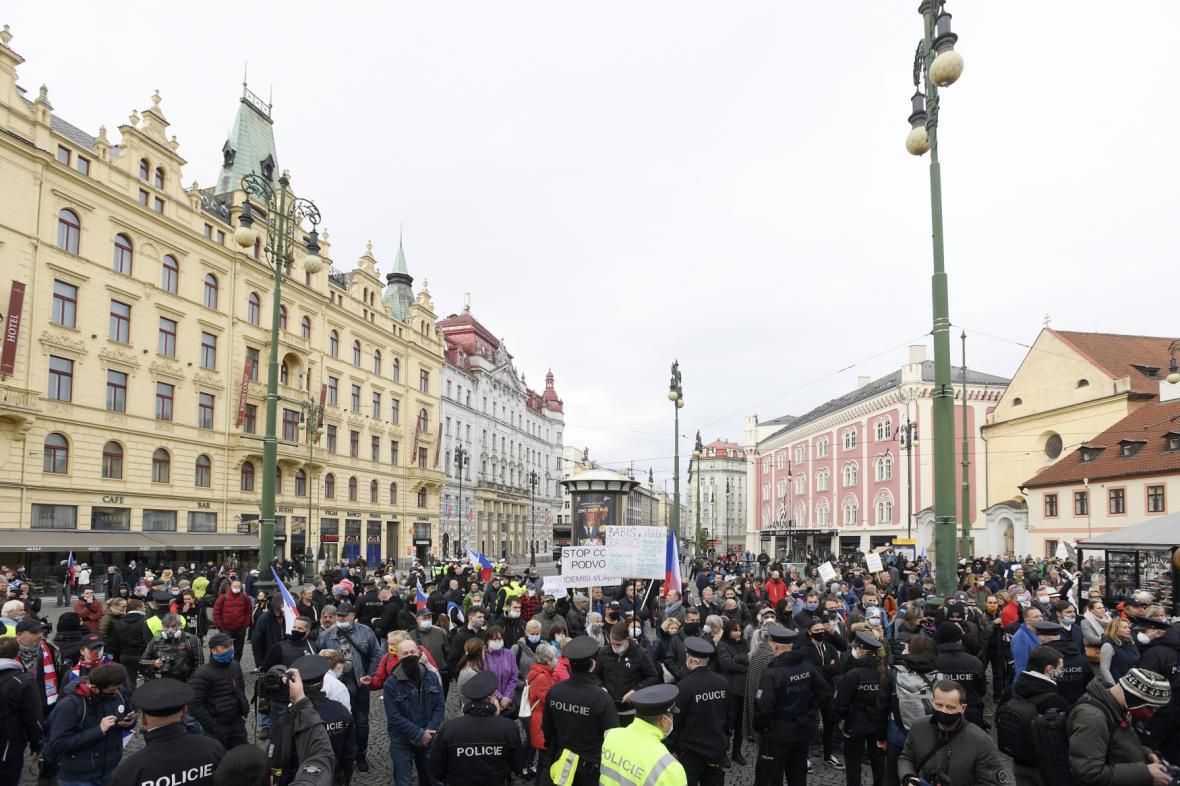 Pražské náměstí Republiky po příchodu demonstrantů ohradili policisté