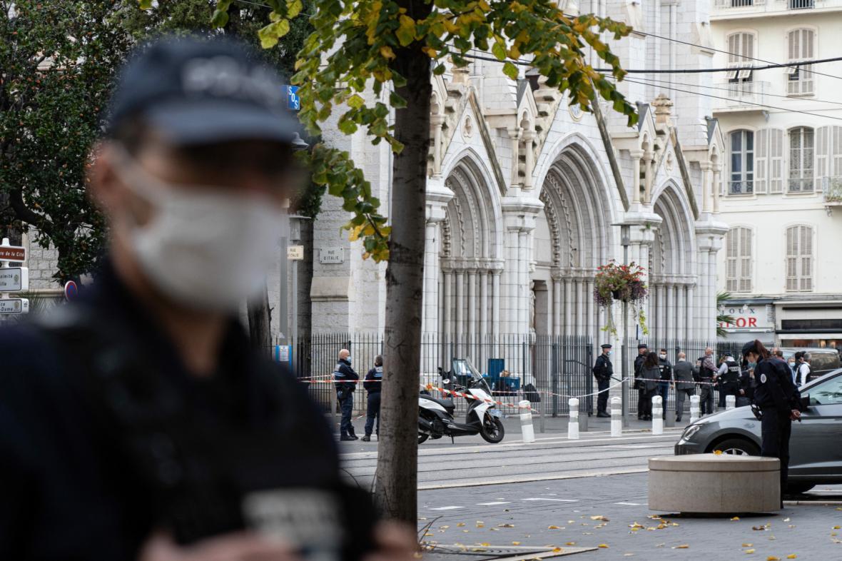 Policisté hlídkují na místě činu před kostelem v Nice