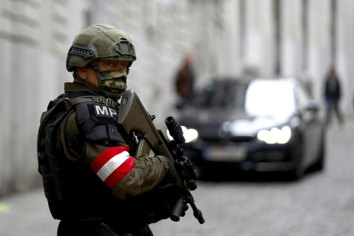 Rakouský vojenský policista v centru Vídně