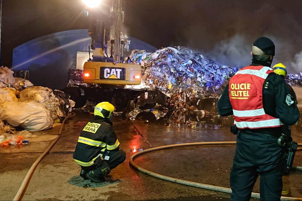 Hasiči likvidují požár skládky v pražských Ďáblicích