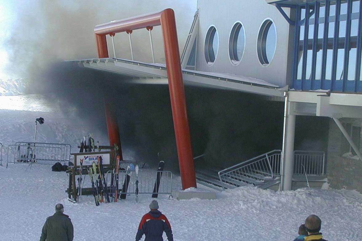 Kouř valící se ze stanice lanovky