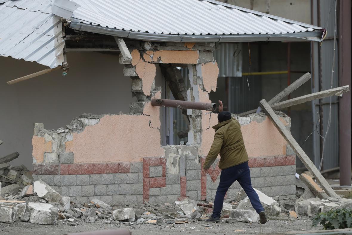 Arménský obyvatel Agdamu ničí před příchodem Ázerbájdžánců místní plynovou stanici