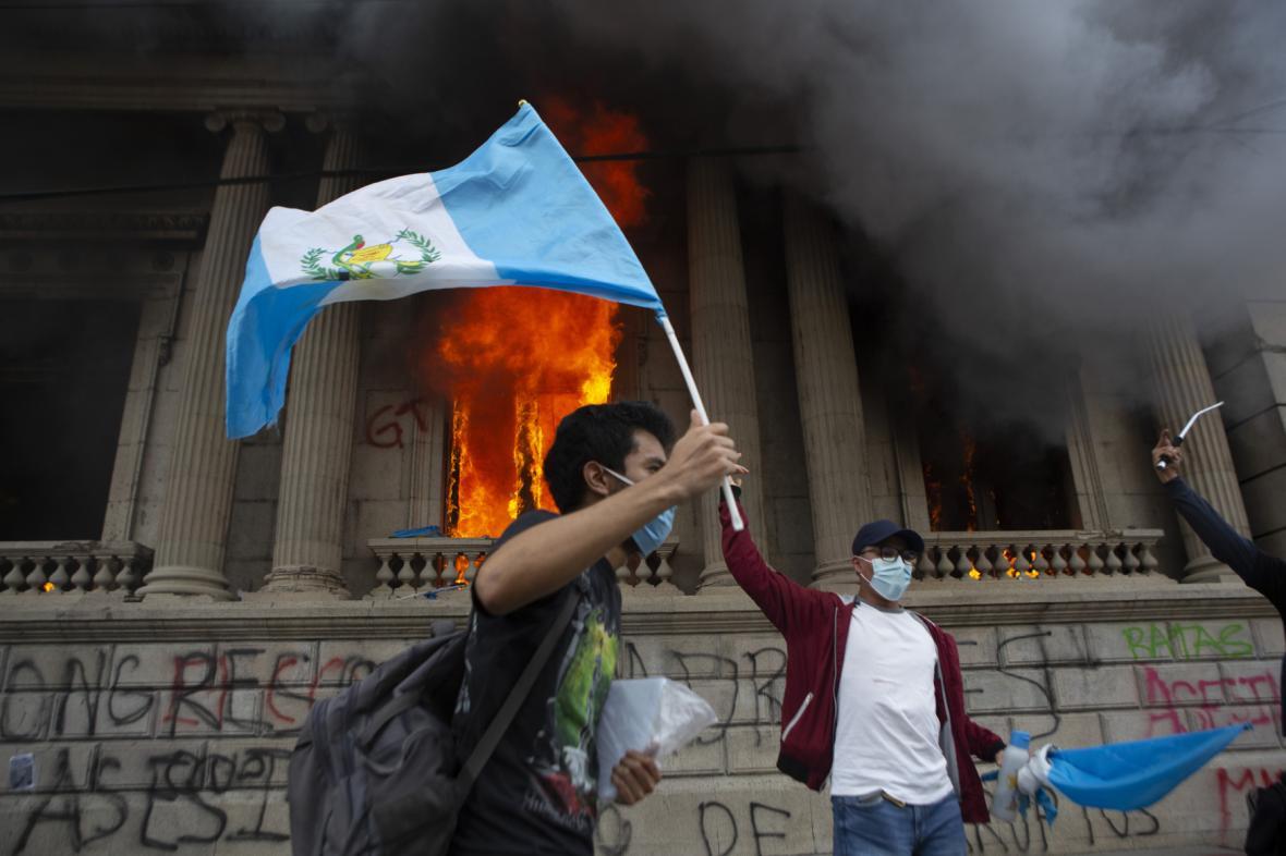 Protesty před budovou guatemalského parlamentu