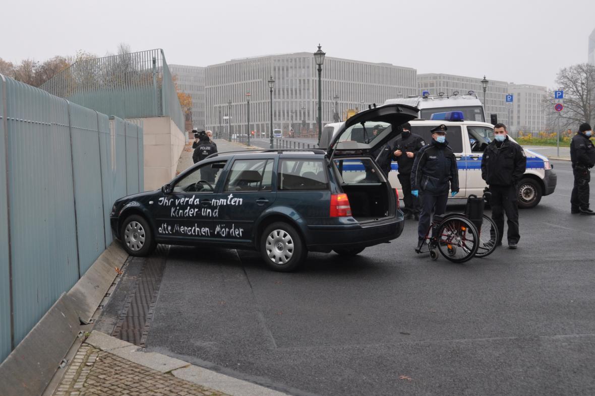Policie vyšetřuje náraz auta do brány sídla německé kancléřky