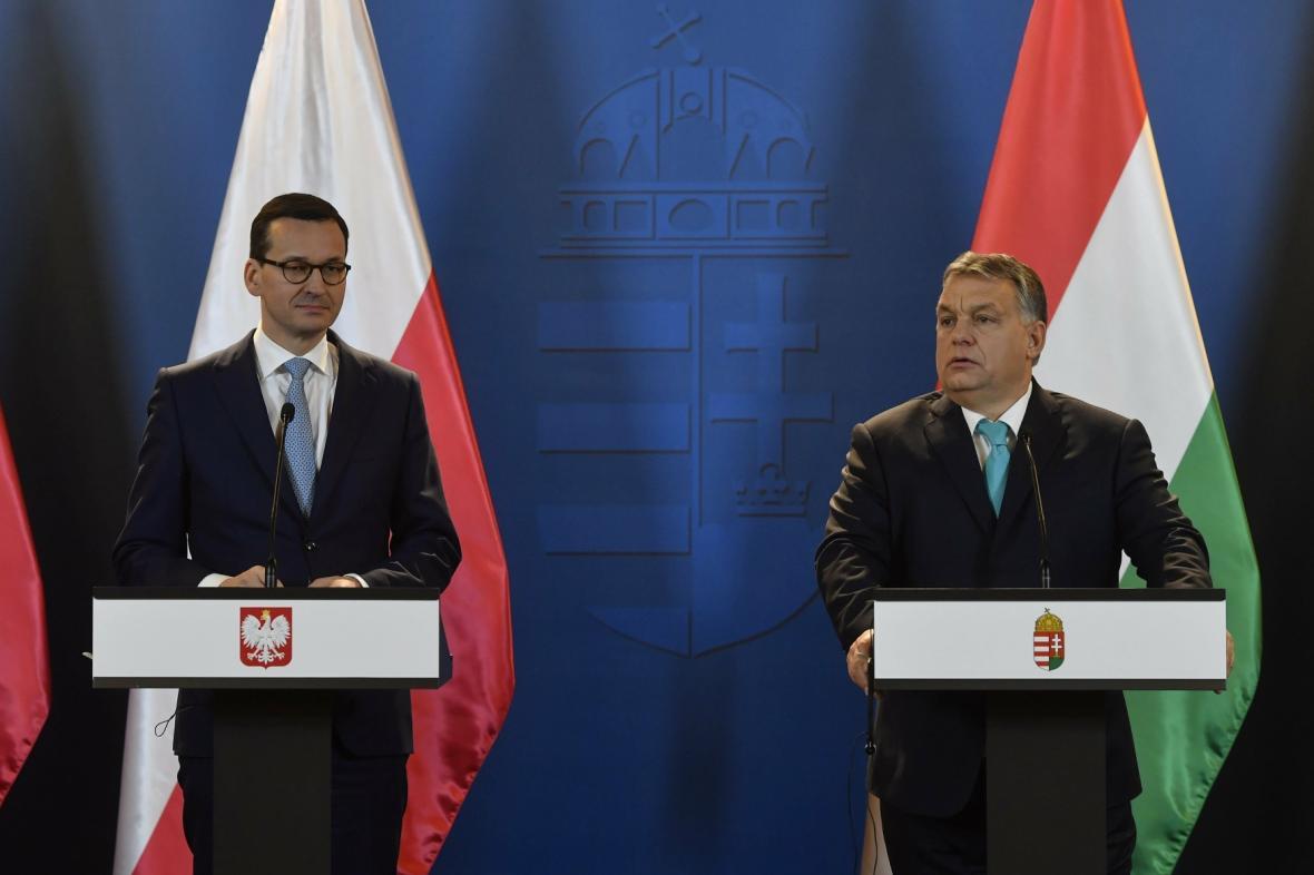 Maďarský premiér Viktor Orbán (vpravo) a jeho polský protějšek Mateusz Morawiecki